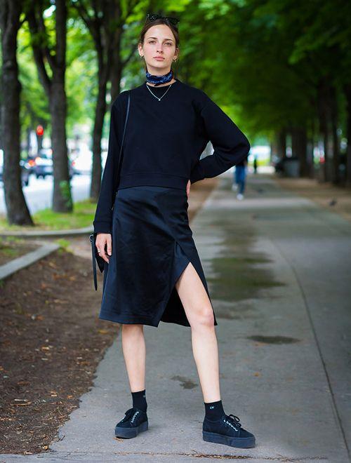 时尚资讯:开衩裙+运动鞋