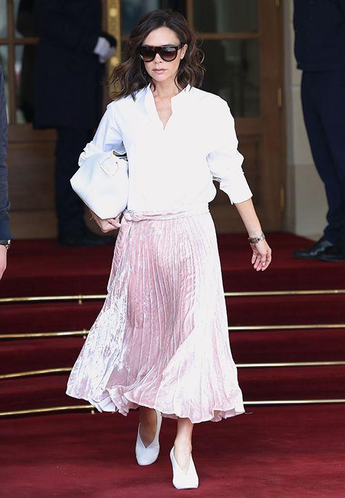 时尚资讯:半裙搭配V口鞋