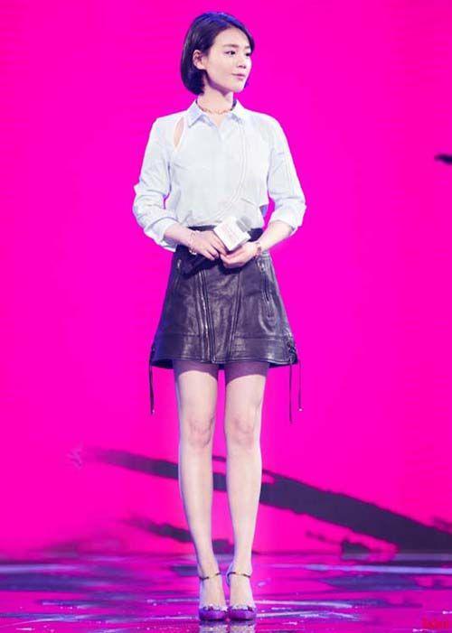 时尚资讯:马思纯小皮裙造型